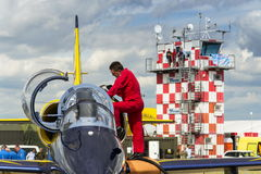 El equipo báltico de Jet Team de las abejas con L-39 acepilla en pista Fotos de archivo libres de regalías