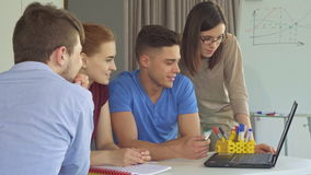 El equipo creativo trabaja en el ordenador portátil metrajes