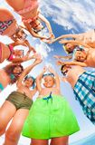 El equipo de amigos se une en la playa Foto de archivo libre de regalías