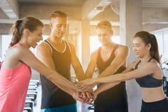 El equipo de deporte atractivo y que se sostiene o se une a las manos juntas, coordinación de las manos de la gente del grupo mot imagen de archivo libre de regalías