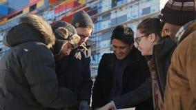 El equipo de diseñadores del paisaje se coloca en la calle en día de invierno frío almacen de metraje de vídeo