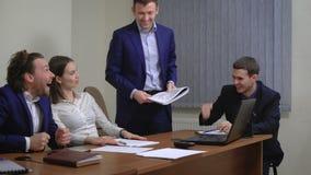 El equipo de empresarios jovenes Disfrute el éxito En la oficina Se ejecuta el plan metrajes