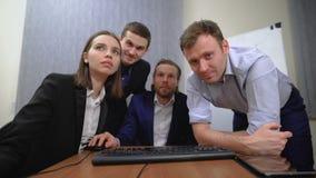El equipo de empresarios jovenes Trabajan así como los documentos y las figuras En la oficina metrajes