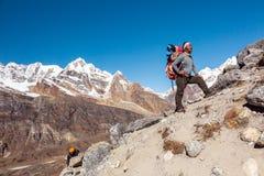 El equipo de escaladores de montaña llevó por la guía de nepalés Sherpa Imagenes de archivo