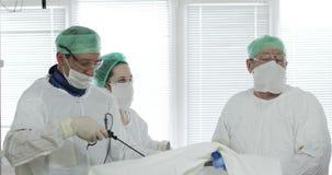 El equipo de especialistas médicos condujo cirugía laparoscopic almacen de video