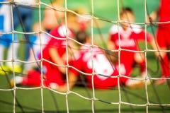 El equipo de fútbol de los niños celebra meta y la victoria imagenes de archivo