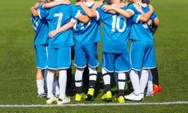 El equipo de fútbol del deporte con el entrenador Agrupe la foto Imagenes de archivo