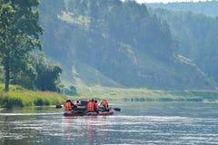 El equipo de gente flota rio abajo en el catamarán inflable, Rusia, Bashkortostan, río de Ay Imagen de archivo