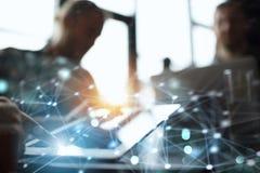 El equipo de gente trabaja junto en oficina con una tableta Concepto de trabajo en equipo y de sociedad Exposición doble ilustración del vector