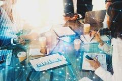 El equipo de hombres de negocios trabaja junto en oficina con efecto de la red Concepto de trabajo en equipo y de sociedad imagen de archivo libre de regalías