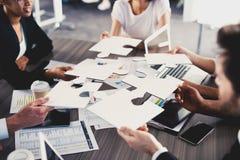 El equipo de hombres de negocios trabaja junto para una meta Concepto de unidad y de sociedad Fotografía de archivo libre de regalías