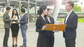 El equipo de hombres de negocios del hombre y mujer elegantes habla Imagenes de archivo