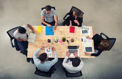El equipo de hombres de negocios trabaja junto en oficina Concepto de trabajo en equipo y de sociedad Fotografía de archivo
