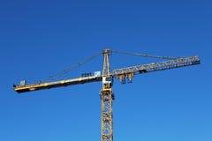 El equipo de instaladores se coloca en cran de la torre del amarillo de la horca del contrapeso Foto de archivo