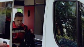 El equipo de la ambulancia consigue en el transporte, listo para ahorrar vidas, responde para decir en voz alta metrajes