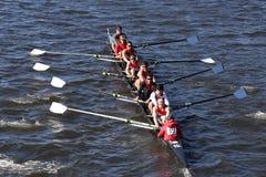 El equipo de la asociación del rowing de Sammamish compite con en el jefe de la juventud ocho del ` s de Charles Regatta Men Foto de archivo