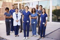 El equipo de la atención sanitaria con las insignias de la identificación se coloca al aire libre, integral foto de archivo libre de regalías