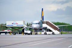 El equipo de la compañía de Aeromar - proveedor de las comidas de aviones que carga la comida a bordo en el tablero de aiplane de Imagenes de archivo