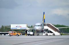 El equipo de la compañía de Aeromar - proveedor de las comidas de aviones que carga la comida a bordo en el tablero de aiplane de Imagen de archivo libre de regalías