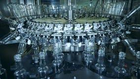 El equipo de la destilería está transportando las botellas hechas del vidrio almacen de metraje de vídeo