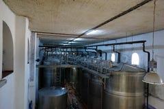 El equipo de la fábrica contemporánea del winemaker con el stell barrels i imágenes de archivo libres de regalías
