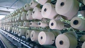 El equipo de la materia textil hace girar las bobinas con los hilos, arrollando almacen de metraje de vídeo