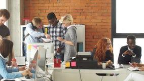 el equipo de lanzamiento Multy-?tnico del negocio se ha reunido junto Desarrolle el concepto del negocio Unidades de negocio almacen de video