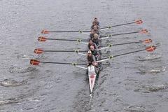 El equipo de las mujeres de la universidad de Boston compite con en el jefe de Eights principal de Charles Regatta Women Imagen de archivo