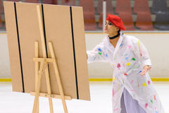El equipo de los jóvenes de una escuela del patinaje en el hielo se realiza, disfrazado como pintores Imagen de archivo