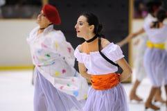 El equipo de los jóvenes de una escuela del patinaje en el hielo se realiza en la taza internacional Ciutat de Barcelona abierta Foto de archivo libre de regalías
