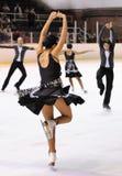 El equipo de los jóvenes de una escuela del patinaje en el hielo se realiza en la taza internacional Ciutat de Barcelona abierta  Fotos de archivo libres de regalías