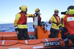 El equipo de rescate abierto español de los brazos del ngo Proactiva Foto de archivo