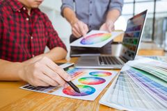 El equipo de reunión creativa del diseñador gráfico que trabaja en nuevo proyecto, elige color de la selección y el dibujo en la  imagen de archivo libre de regalías