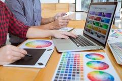 El equipo de reunión creativa del diseñador gráfico que trabaja en nuevo proyecto, elige color de la selección y el dibujo en la  foto de archivo
