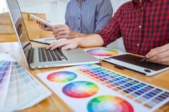 El equipo de reunión creativa del diseñador gráfico que trabaja en nuevo proyecto, elige color de la selección y el dibujo en la  imagenes de archivo