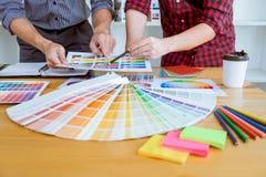 El equipo de reunión creativa del diseñador gráfico que trabaja en nuevo proyecto, elige color de la selección y el dibujo en la  fotografía de archivo