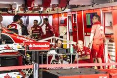 El equipo de Scuderia Ferrari Los mecánicos preparan el coche de Kimi Rai Imágenes de archivo libres de regalías