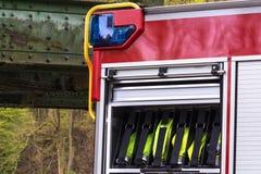 El equipo de seguridad contra incendios en un borrado agrupa el vehículo foto de archivo libre de regalías