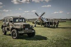 El equipo de tierra mantiene un mustango p-51 con un sedán militar WW2 adentro Imagen de archivo