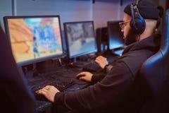 El equipo de videojugadores adolescentes juega en un videojuego multijugador en la PC en un club del juego fotos de archivo libres de regalías