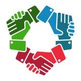El equipo del apretón de manos da el logotipo en blanco ilustración del vector