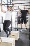 El equipo del entrenamiento entrena a pullups en el gimnasio de la aptitud Imagenes de archivo