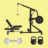El equipo del gimnasio con el kettlebell del dumbell y el lat tiran hacia abajo las herramientas Imagen de archivo libre de regalías
