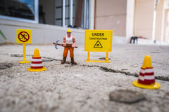 El equipo del mantenimiento para reparar la calle se agrietó, figura miniatura Fotos de archivo libres de regalías