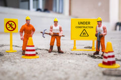 El equipo del mantenimiento para reparar la calle se agrietó, figura miniatura Foto de archivo libre de regalías