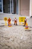 El equipo del mantenimiento para reparar la calle se agrietó, figura miniatura Fotos de archivo