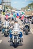 El equipo del motorista en las motocicletas alrededor de la ciudad Imagen de archivo libre de regalías