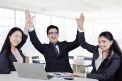 El equipo del negocio celebra su ganar Imagen de archivo libre de regalías
