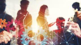 El equipo del negocio conecta pedazos de engranajes Trabajo en equipo, sociedad y concepto de la integración con efecto de la red fotografía de archivo
