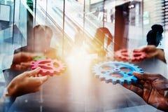 El equipo del negocio conecta pedazos de engranajes Trabajo en equipo, sociedad y concepto de la integraci?n Exposici?n doble imágenes de archivo libres de regalías